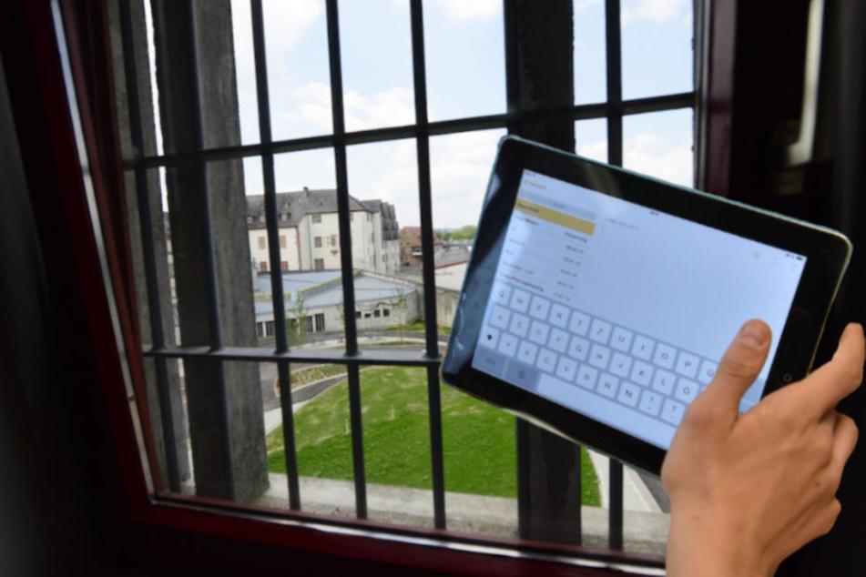 35 Berliner Häftlinge kriegen jetzt Tablets zur Verfügung gestellt. (Bildmontage)