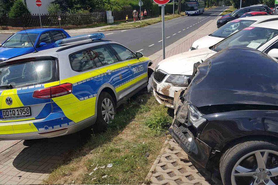 Der Polizeiwagen schleuderte gegen Fahrzeuge des Autohauses.