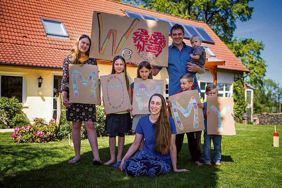 """""""Wir haben viel online bestellt"""": Aus den Versandkartons haben die Kinder Papptafeln mit Buchstaben gebastelt. Papa Stefan (51) hat Lucas (1,5) im Arm."""