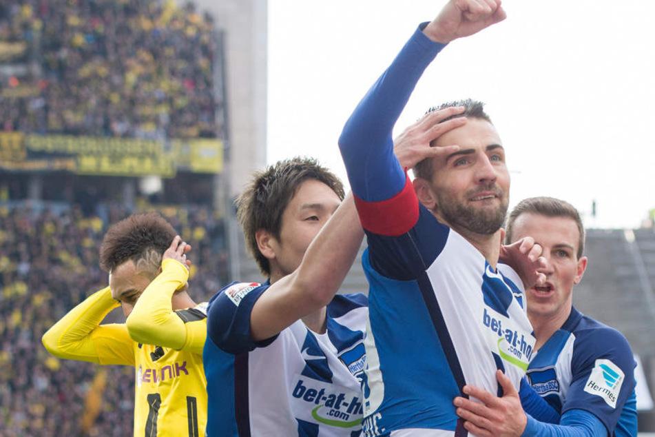Nach dem Tor zum 1:0 gegen Dortmund am 11. März liegen sich Berlins Genki Haraguchi (vl), Vorlagengeber Vedad Ibisevic und Vladimir Darida in den Armen.
