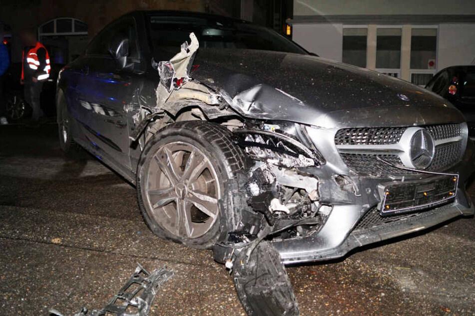 Das Wrack des Mercedes. Der 72-jährige Fahrer hatte mehrere Autos und einen entgegenkommenden Wagen erwischt.