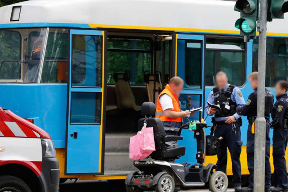 Schwerer Unfall! Straßenbahn erfasst Rolli-Fahrer
