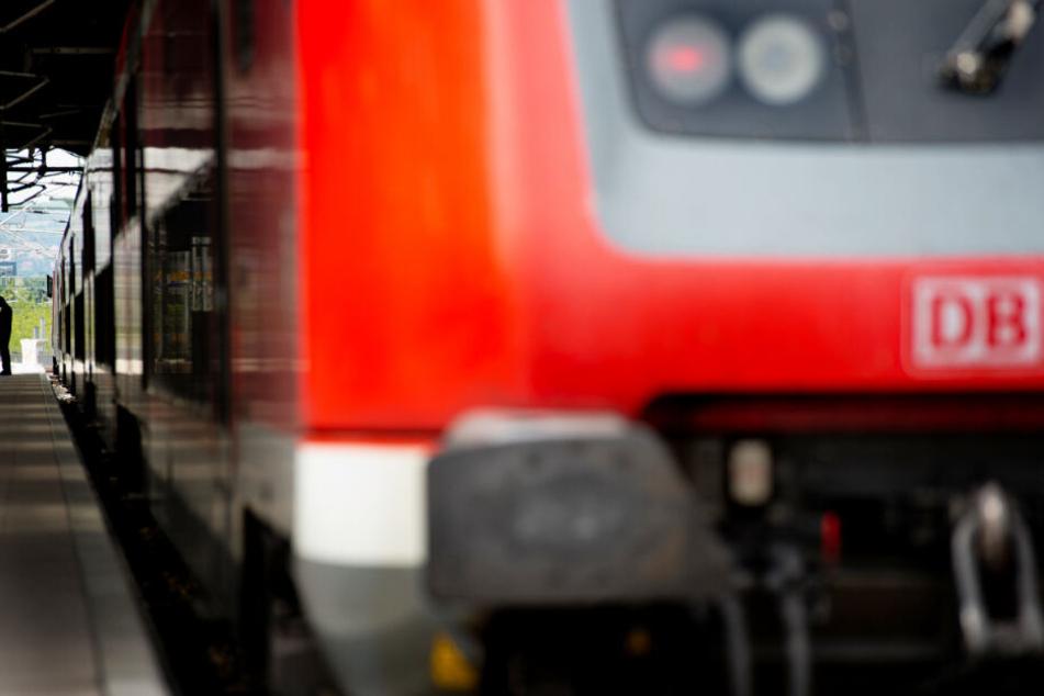 Ein Zug wartet am Gleis auf die Weiterfahrt.
