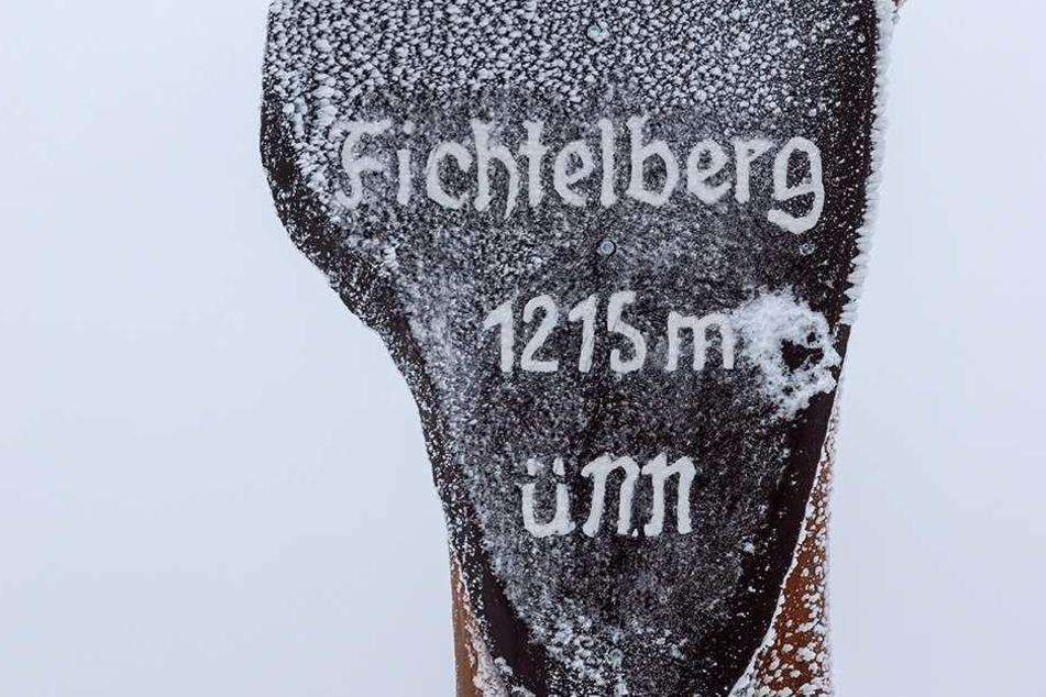 Eis und Schnee haben den 1215 Meter hohen Fichtelberg mit einer weißen Schicht überzogen.