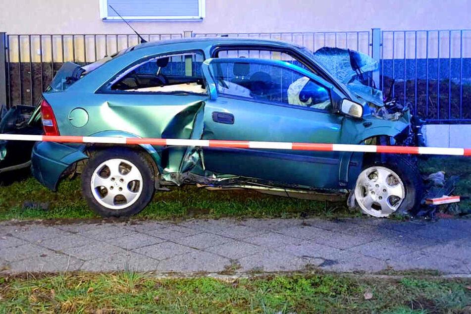Tödlicher Unfall! Auto kracht mit voller Wucht in Stromkasten