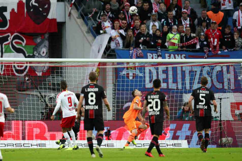 Schöner Treffer: Yussuf Poulsen (#9) hebt den Ball über Leverkusens Schlussmann Lukas Hradecky hinweg zum 1:0 für RB Leipzig ins Tor.