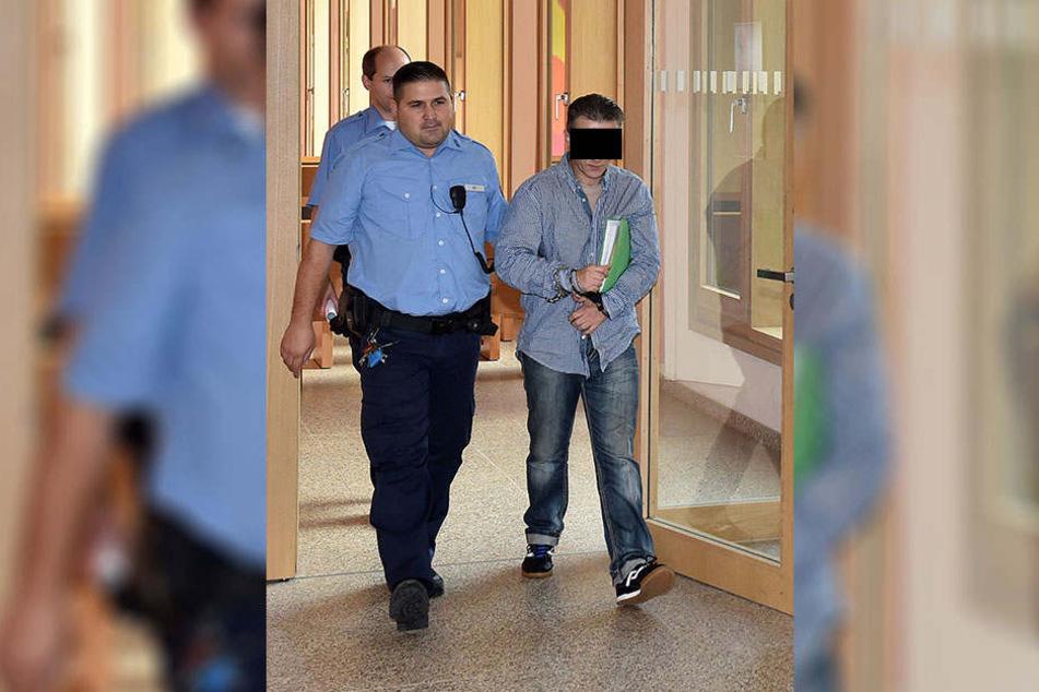 Der Angeklagte Mike H. (46) aus Dresden gestern auf dem Weg zum Gerichtssaal.
