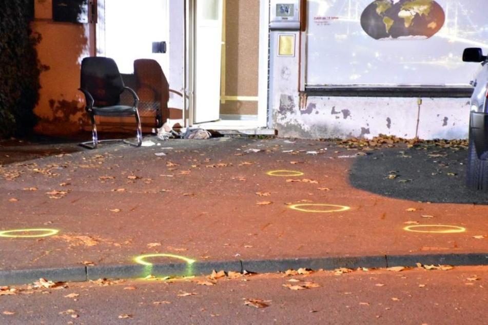 Die Polizei markierte wichtige Beweisstellen mit gelben Kreisen.