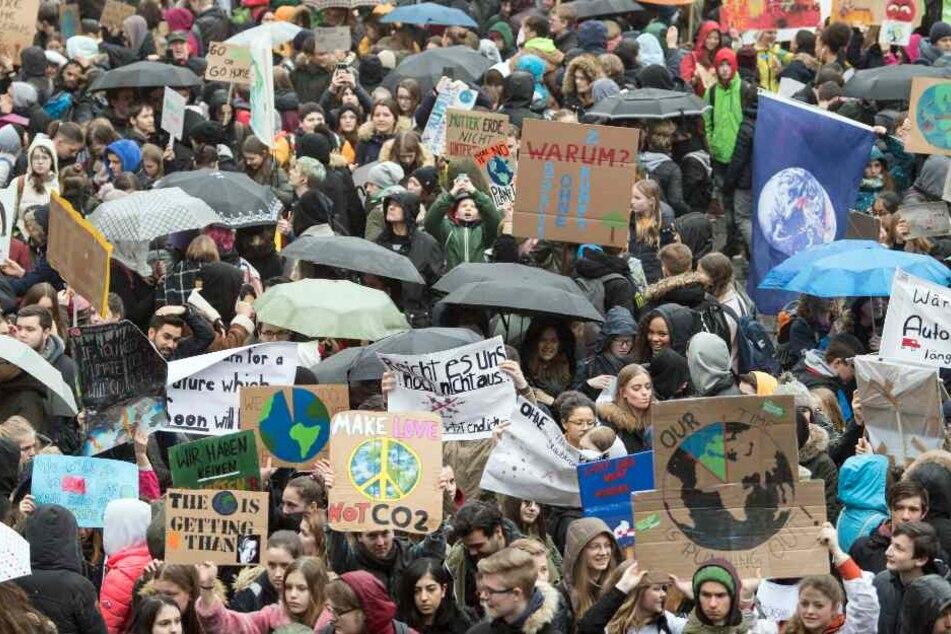 Tausende Schüler demonstrierten in Bielefeld für den Klima-Schutz. (Symbolbild)