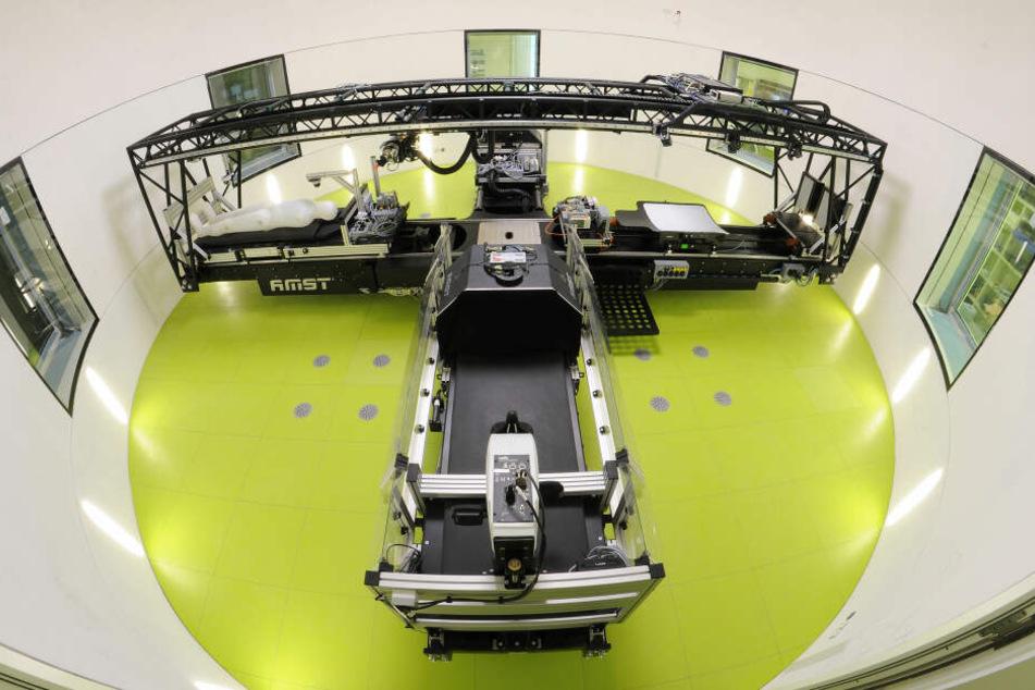 In der DLR-Zentrifuge spüren die Kandidaten die Gravitation und sollen so Muskeln trainieren.