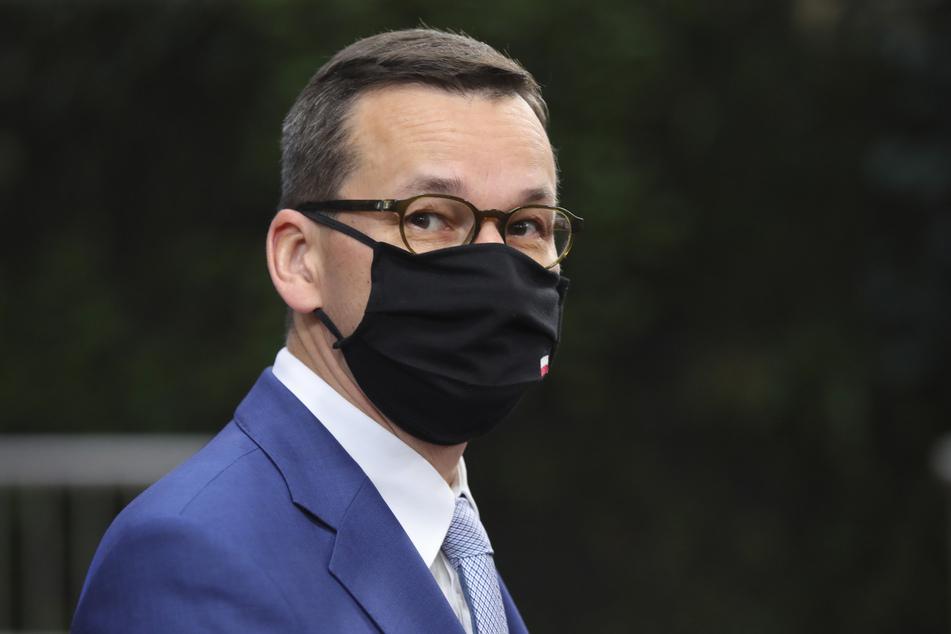 Mateusz Morawiecki, Premierminister von Polen, trägt einen Mund-Nasen-Schutz während er zum Sondergipfel im Gebäude des Europäischen Rates eintrifft.