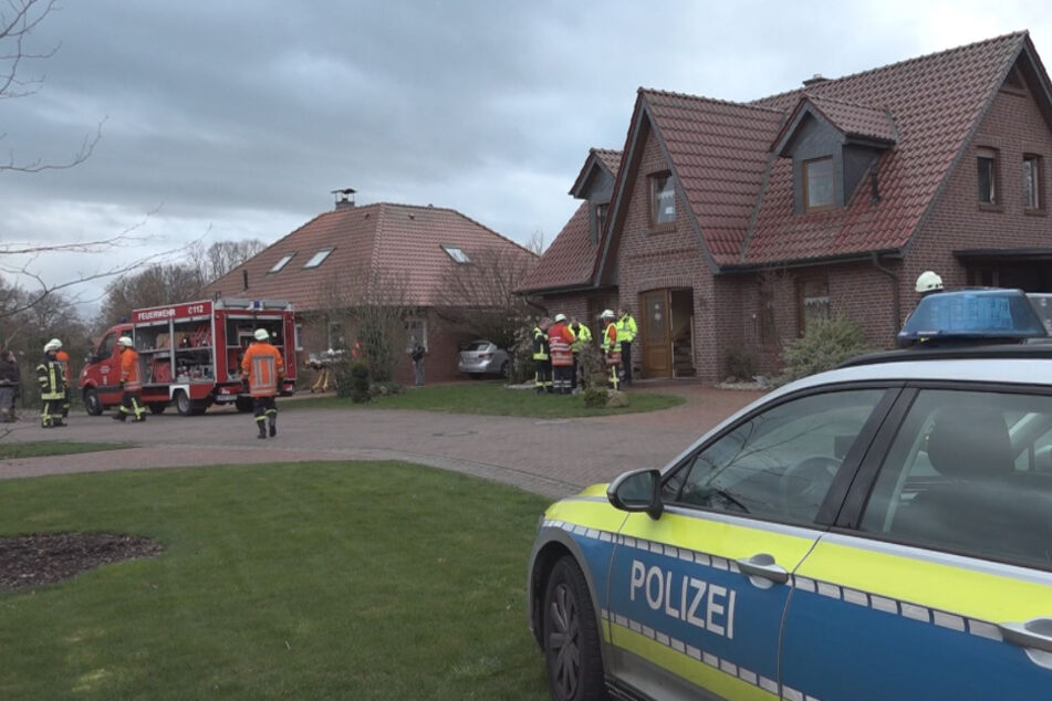 Feuerwehr findet tote Frau und verletztes Kind bei Brand in Wohnung