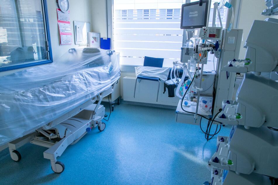 Beatmungsgeräte und Überwachungstechnik stehen in einem Zimmer einer Intensivstation. Erste Kliniken in Köln und Bonn schlagen Alarm, weil sie an die Grenzen ihrer Notfallkapazitäten gekommen sind.
