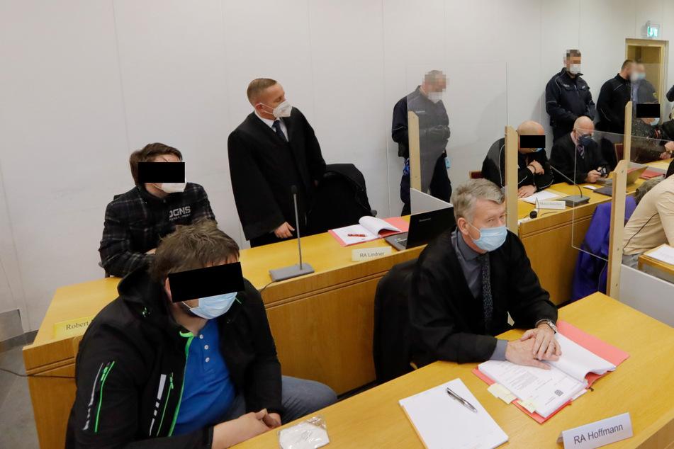 Die Angeklagten und ihre Verteidiger sorgten für einen vollen Gerichtssaal.