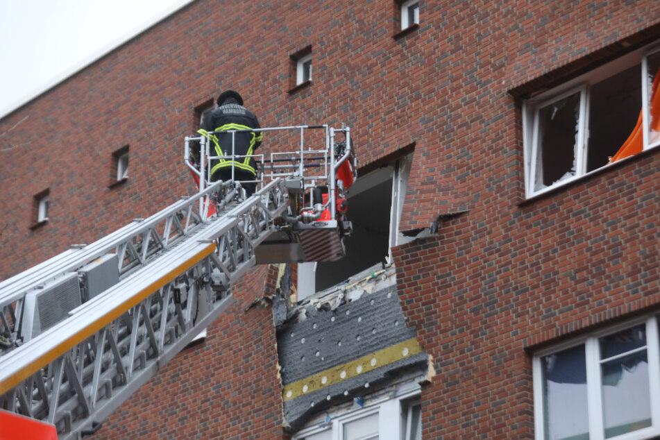 Fassadenteile hängen nach der Explosion vom Gebäude, Fensterscheiben sind zerstört.