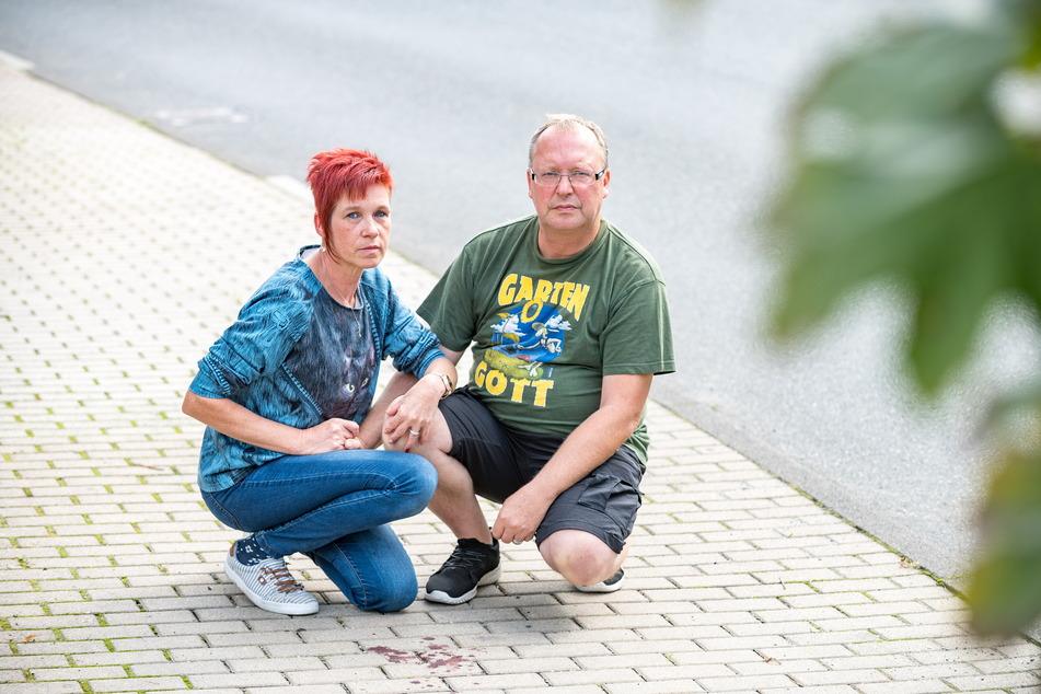 """Die beiden Tierfreunde sind fassungslos: Sylvia (50) und Rico Wolf (53) an der Stelle, wo ihre """"Emily"""" überfahren wurde."""