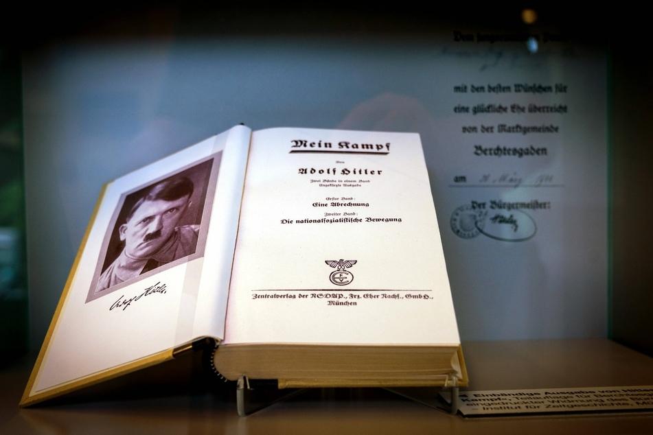 """""""Mein Kampf"""" von Adolf Hitler wurde erstmals am 18. Juli 1925, der zweite Teil am 11. Dezember 1926 veröffentlicht."""
