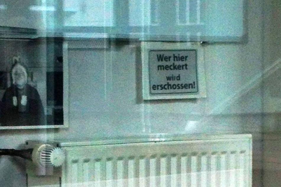 Dieses Schild hängt in der Ausländerbehörde in Bielefeld.