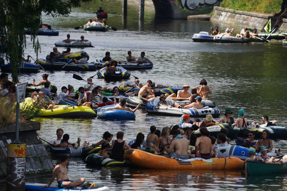 Auf Booten und mit Musik haben Mitglieder der Berliner Party- und Clubszene für mehr Freiheit beim Feiern demonstriert.