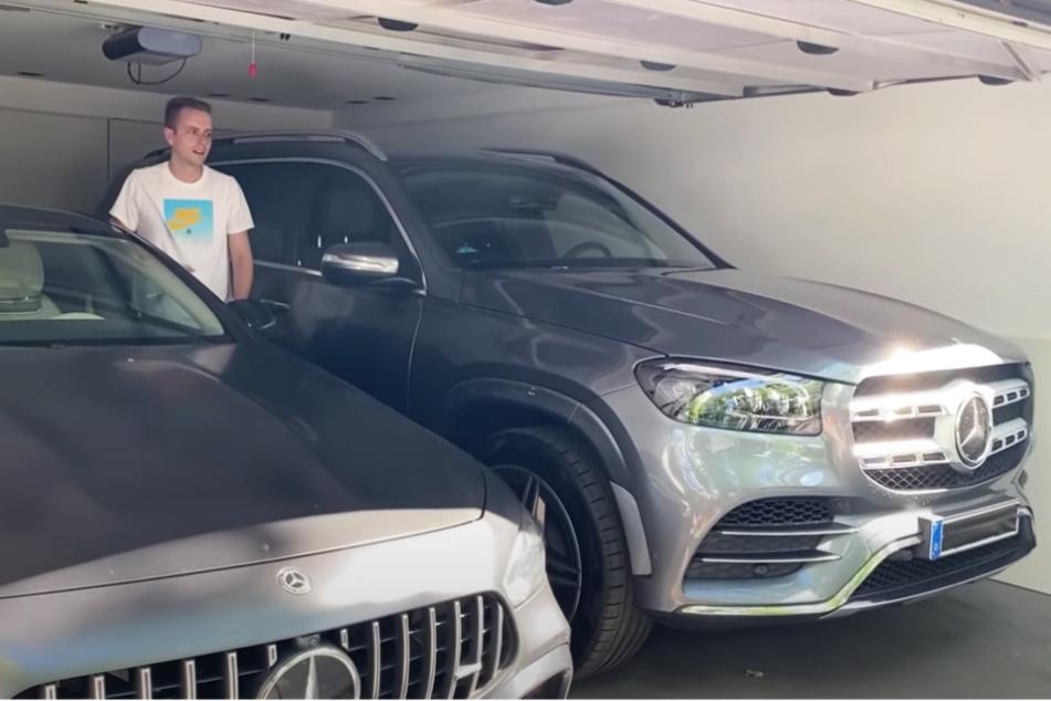 Bibi (27) und Julians (27) alter (links) und neuer Mercedes (rechts).