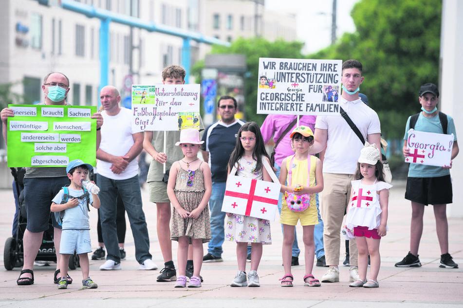 Auch am Sonntag protestierten Menschen am Dresdner Kulturpalast gegen die Abschiebung gut integrierter georgischer Mitbürger.