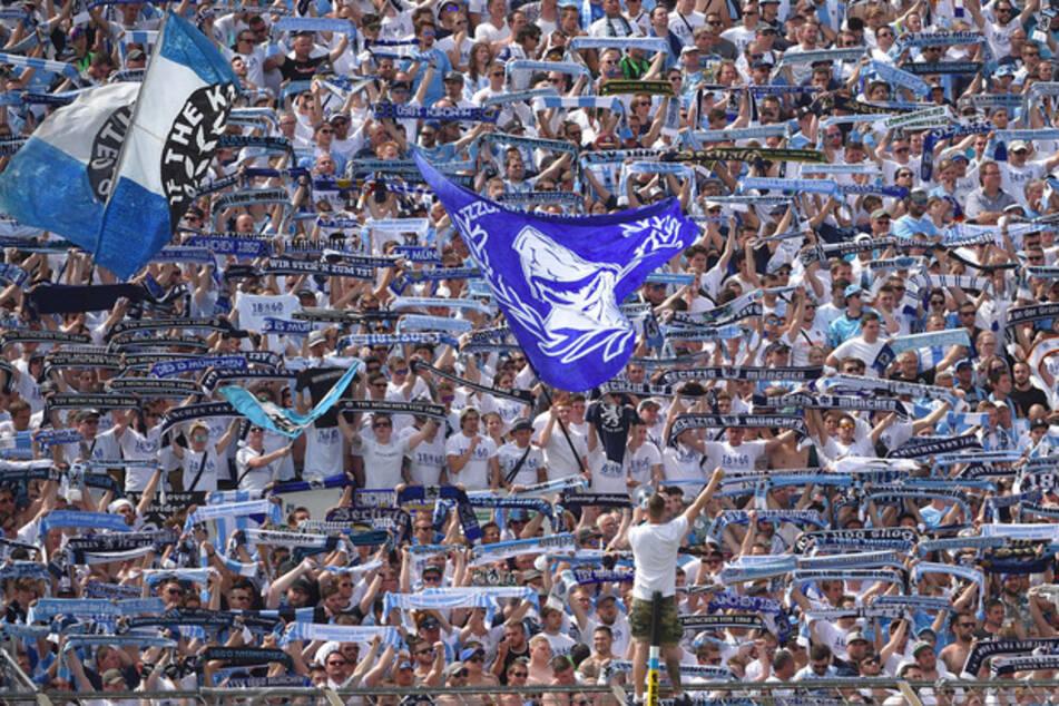 Fans des TSV 1860 München jubeln im Stadion an der Grünwalder Straße.