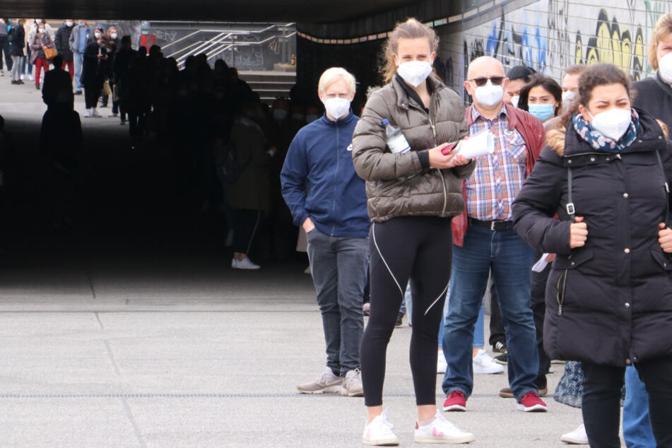 Hamburg: Impfpanne in Hamburg! Irre Schlange vor den Messehallen