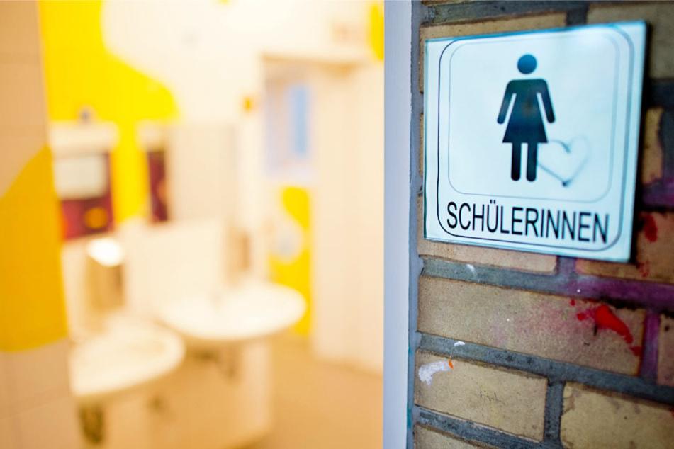 Die Schultoilette ist für viele Schülerinnen und Schüler ein Ort des Ekels (Archivbild).