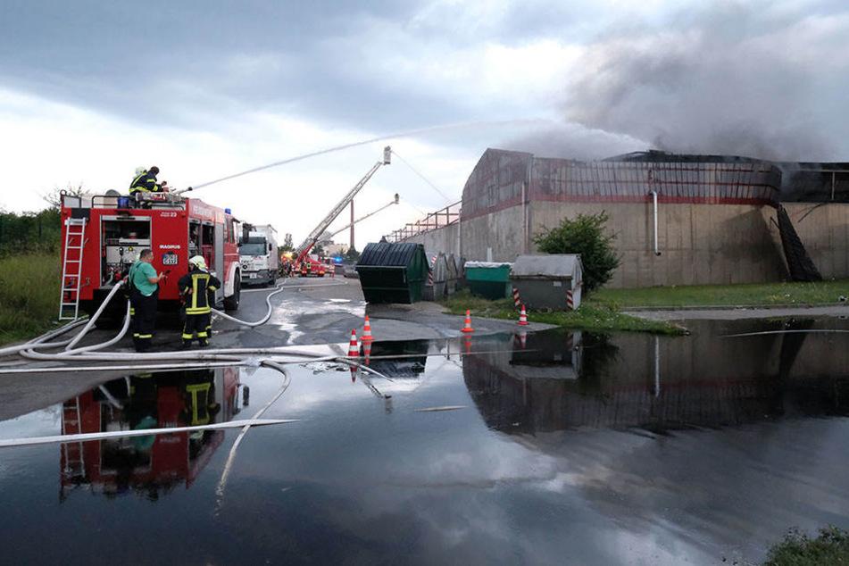 Beim Kühlen von Chemikalien brach nach dem Großbrand am Dienstag erneut Feuer im Chemiepark aus.