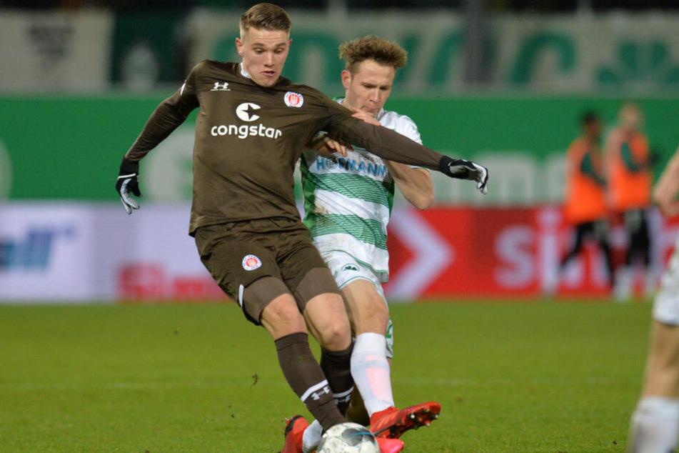 Viktor Gyökeres (links) von FC St. Pauli spielt gegen Paul Jaeckel von Fürth. (Archivbild)