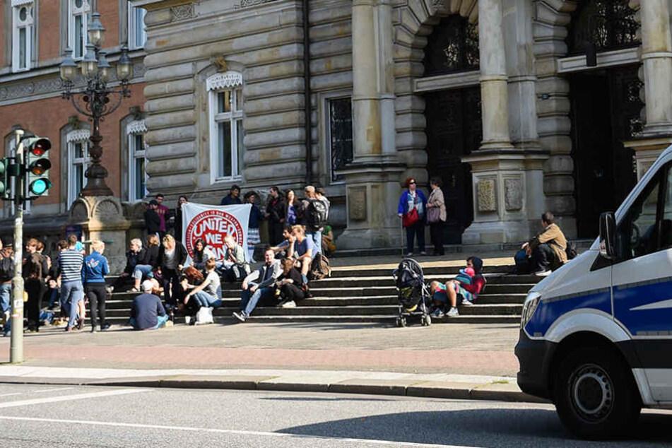 Vor dem Gerichtsgebäude in Hamburg demonstrierten rund 20 Personen zum Prozessauftakt.