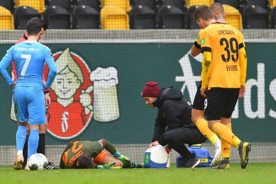 Dynamo Keeper Wiegers am Boden. Er musste verletzt ausgewechselt werden.