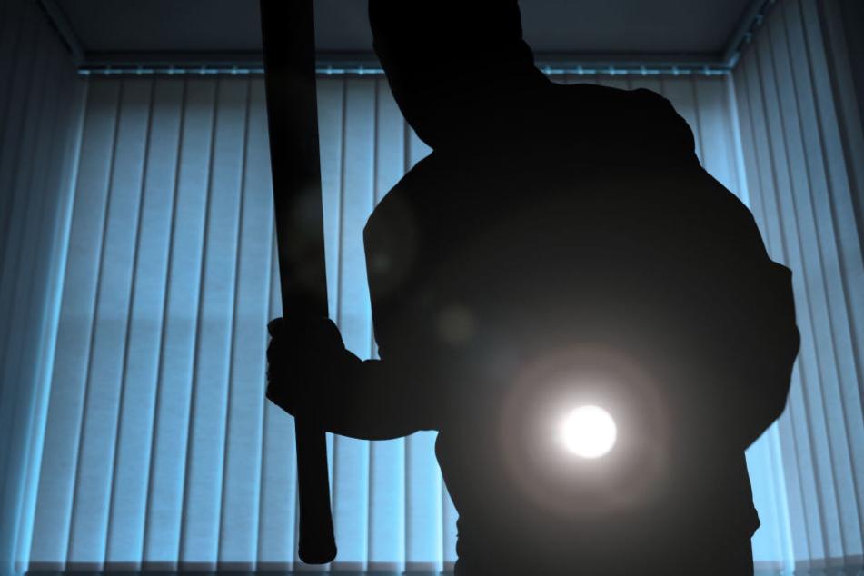 Die Räuber schlugen den Mann mit einem Baseballschläger nieder (Symbolbild).