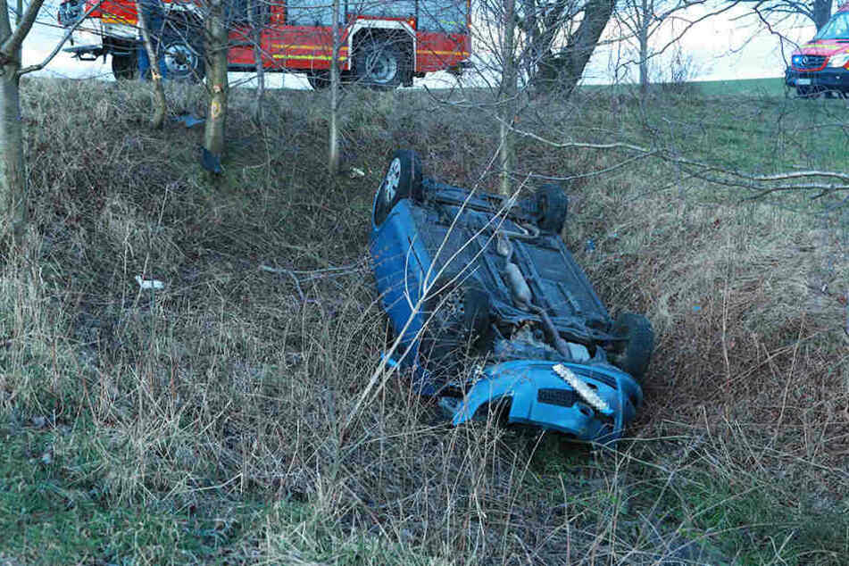 Der Toyota Yaris landete kopfüber in einem Wassergraben.