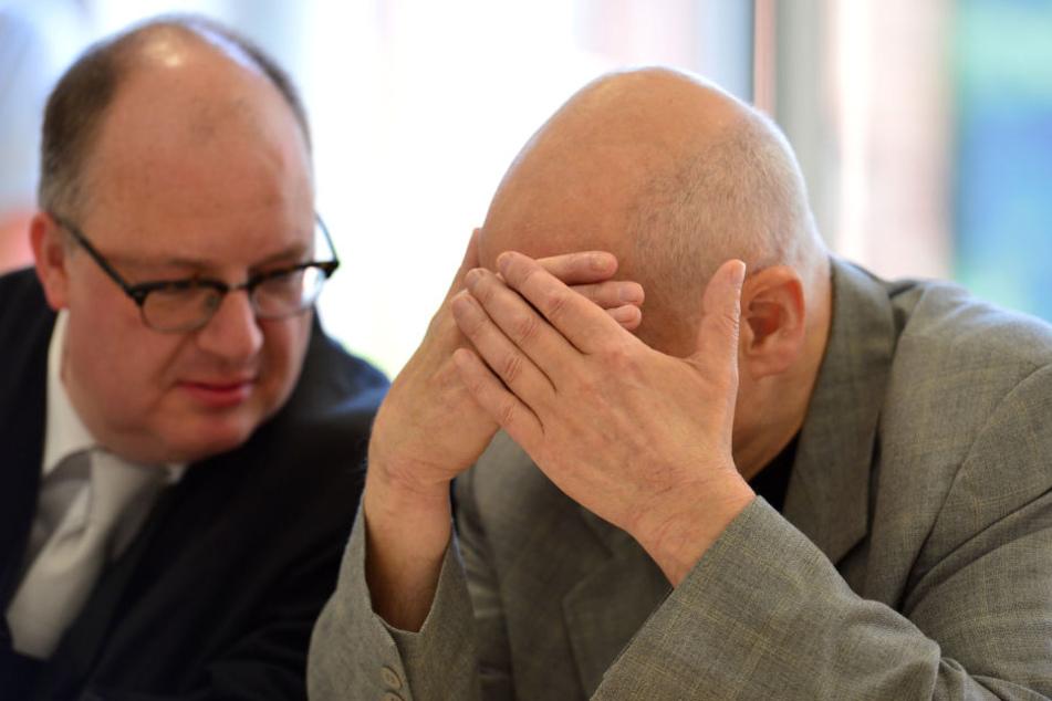 Der Angeklagte Reinhard S. beim Porzessstart mit seinem Anwalt.