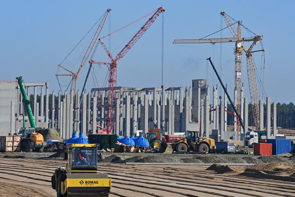 Blick auf die Baustelle der Tesla Gigafactory.