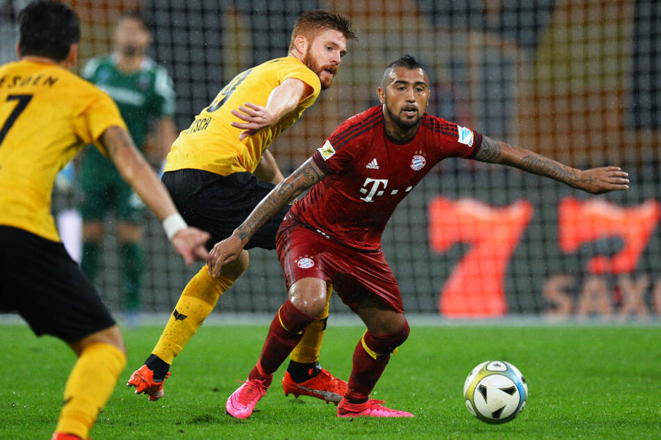Mathias Fetsch (M.) beim Freundschaftsspiel am 17. August 2015 im Einsatz gegen den damaligen Bayern-Star Arturo Vidal (r.).