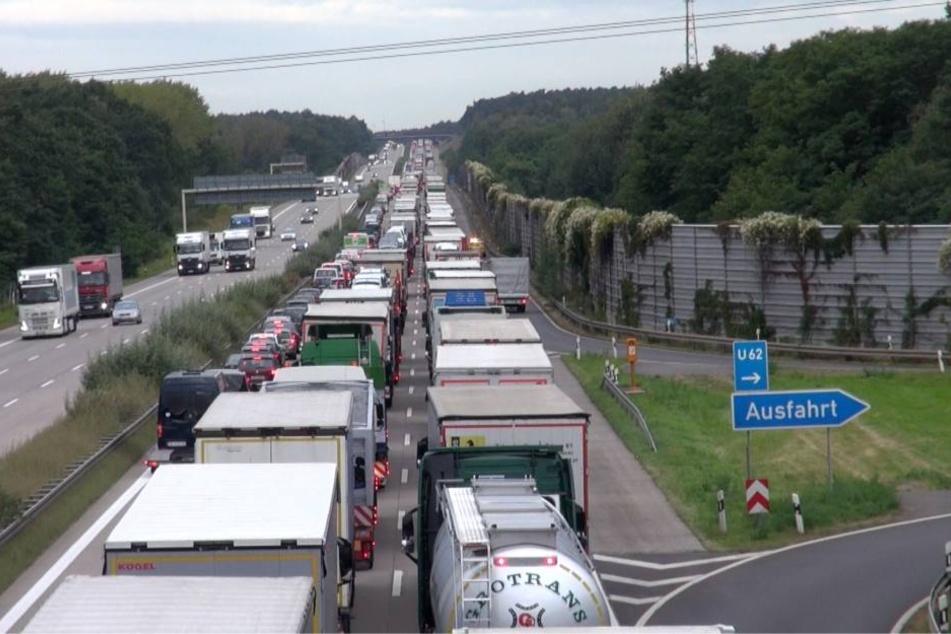 Auch zehn Stunden nach dem ersten Unfall bilden die Auto- und Lkw-Fahrer auf der A2 bei Magdeburg keine Rettungsgasse. Sollte wieder ein Unfall passieren, gibt es wieder kein Durchkommen für die Rettungskräfte.