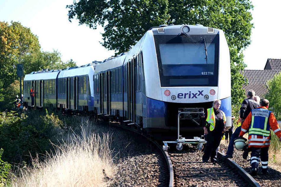 Mutter stirbt bei Unfall auf Bahnübergang: Kleinkind schwer verletzt
