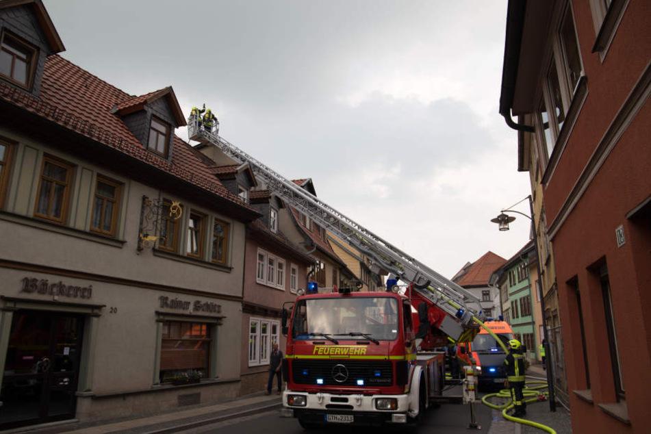 Terrasse geht in Flammen auf und setzt Dachstuhl in Brand