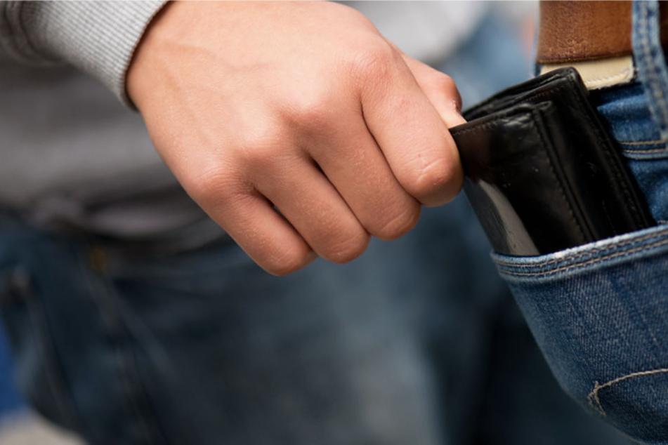 Dem 28-jährigen Tourist wurde während der Fahrt das Portemonnaie gestohlen (Symbolbild).