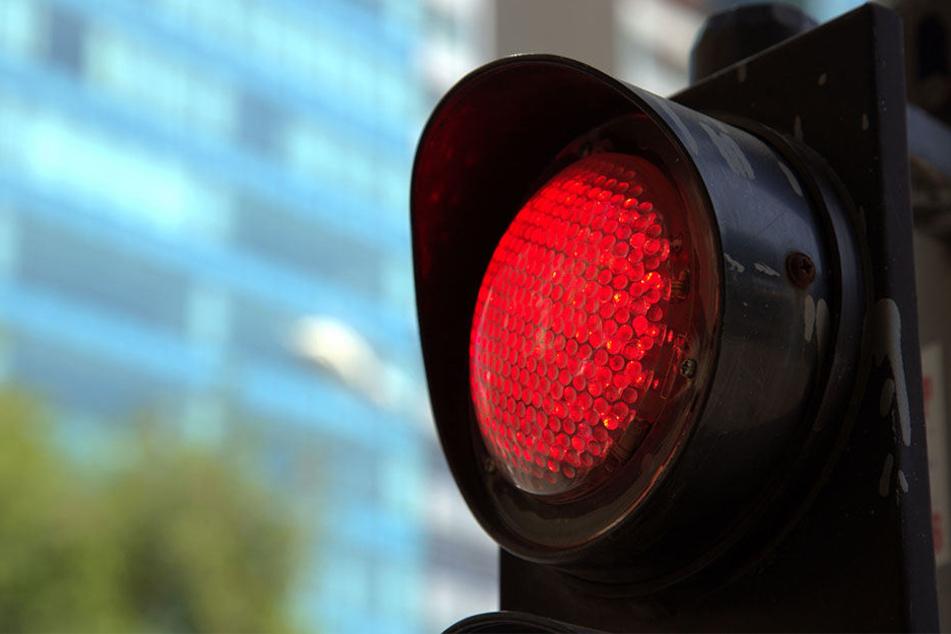 Weil die Ampel rot zeigte, hielt ein Autofahrer an. (Symbolbild)
