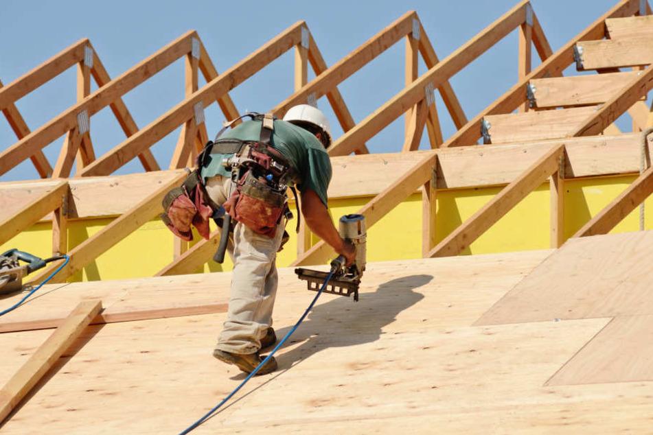 Arbeiter stürzt vom Dach und ist sofort tot