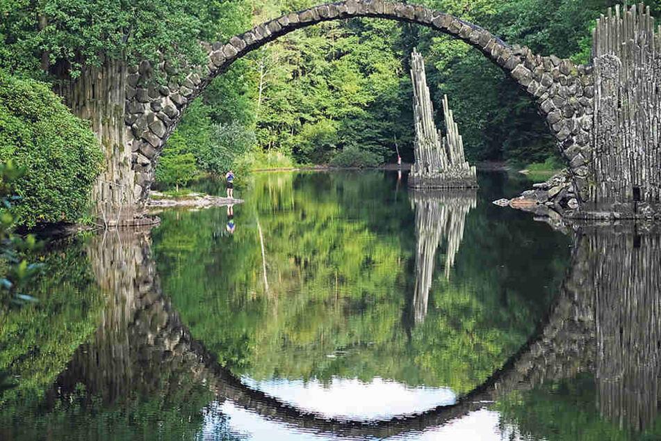 Wie im Märchen: So sieht die denkmalgeschützte Rakotzbrücke mit Spiegelbild im See für gewöhnlich aus.