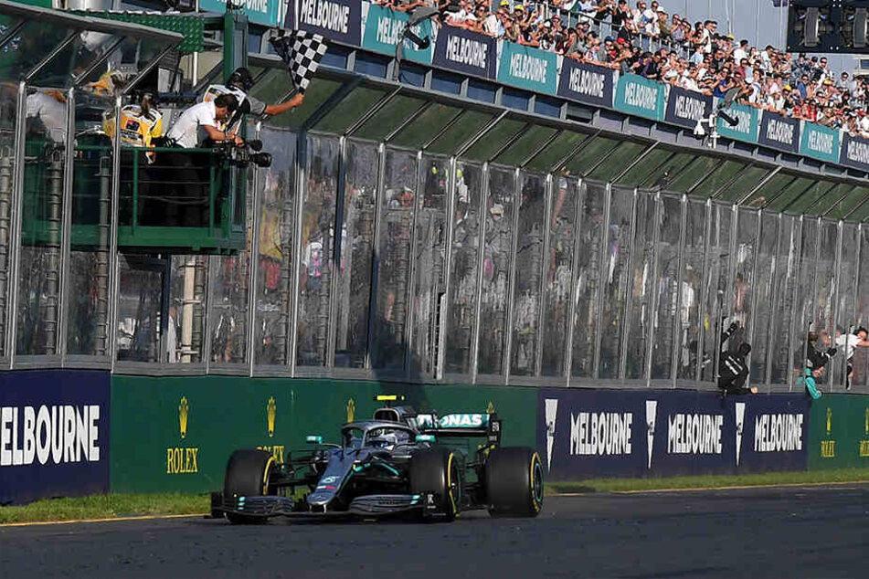 Valtteri Bottas hat im Mercedes den Saisonauftakt der Formel 1 gewonnen. Der 29 Jahre alte Finne verwies am vergangenen Sonntag beim Großen Preis von Australien Weltmeister und Teamkollege Lewis Hamilton mit einem überraschend deutlichen Vorsprung auf den