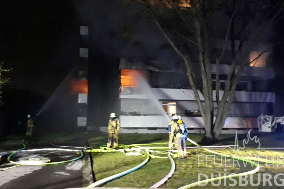 Als die Feuerwehr ankam, stand die Wohnung in der ersten Etage bereits in Flammen.
