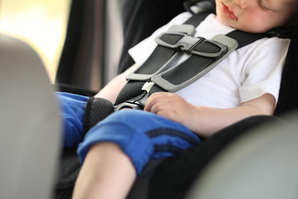 Als die Bundespolizei zu dem Auto kaum, schlief der kleine Junge immer noch seelenruhig.