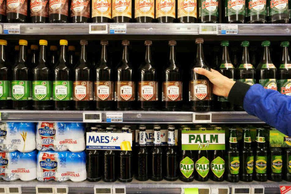 Nachdem er sieben Bierflaschen einsteckte und den Markt ohne zu bezahlen verlassen wollte, stellten sich einen 33-Jährigen zwei Männer in den Weg. (Symbolbild)