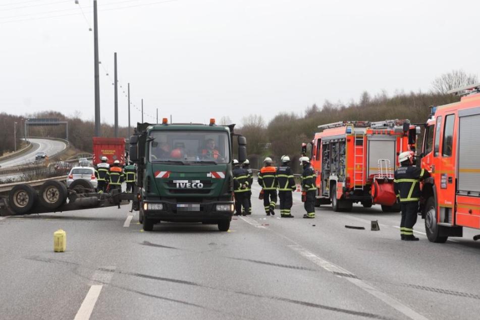 Zahlreiche Einsatzkräfte stehen an der Unfallstelle.
