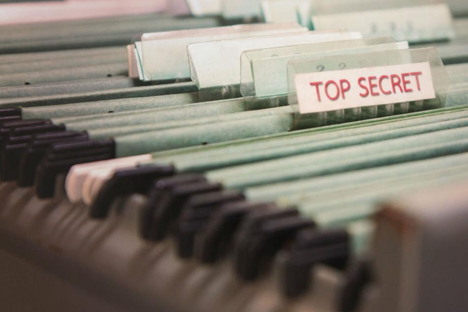 Die Angeklagten sollen Geheimdokumente weitergegeben haben. (Symbobild)